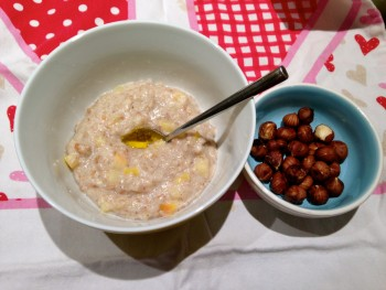 Porridge with apples and nuts